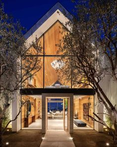 Fascinating minimalist home is cantilevered over the Los Angeles hills Indoor Outdoor Living, Outdoor Lounge, Style Californien, Hollywood Hills Homes, Concrete Fireplace, California Style, Minimalist Home, Great Rooms, Modern Farmhouse