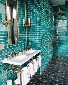 The Williamsburg Hotel Brooklyn Turquoise Tiled Bathroom .- Das Williamsburg Hotel Brooklyn Türkis gefliestes Badezimmer, The Williamsburg Hotel Brooklyn turquoise tiled bathroom, - Tuile Turquoise, Turquoise Tile, Turquoise Bathroom Decor, Turquoise Room, Loft Interior, Bathroom Interior, Art Deco Interior Living Room, Bathroom Furniture, Luxury Interior