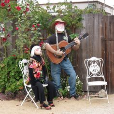 Sharon Lovejoy writes from Sunflower House and a Little Green Island-Willie Nelson scarecrow serenades folks as they stroll the paths of the Bianchini House garden in Cambria. Vintage Witch, Vintage Halloween, Halloween Cosplay, Halloween Halloween, Halloween Makeup, Halloween Costumes, Scarecrows For Garden, Sunflower House, Make A Scarecrow