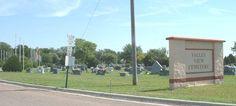 """""""El resultado, que llamaron Valley View, está situado por encima de la ciudad, en una meseta de altura moderada. Visto hoy, es una oscura isla lamida por el ondulante oleaje de los trigales que la rodean, un buen refugio para un día caluroso, porque se hallan en ella muchos senderos umbríos, gracias a árboles plantados generaciones atrás"""". Valley View Cemetery. Cementerio donde fueron enterrados los Clutter. Se encuentra ubicado al norte de Holcomb, a 2.41 kilómetros de la calle principal."""