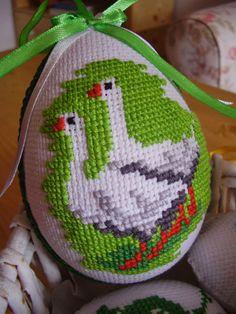 . Cross Stitch Bird, Cross Stitch Designs, Cross Stitching, Cross Stitch Patterns, Hardanger Embroidery, Cross Stitch Embroidery, Peacock Mehndi Designs, Easter Crochet Patterns, Cross Stitch Finishing