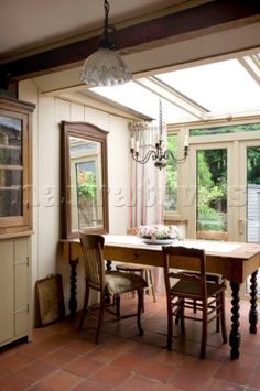PE090_44_Candelabra_hangs_above_dining_table_in_Devon_kitchen_conservatory.jpg 319×480 pixels