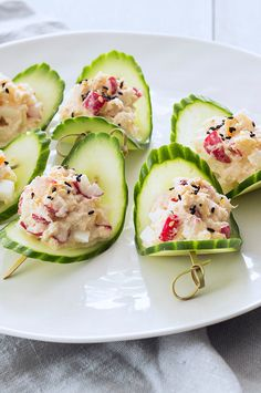 Komkommerschuitjes met krabsalade Cucumber boats with crab salad – Nice recipes Related posts: Caribbean Rum Punch Moscato Lemonade Instant Chai Tea Mix The Best DIY Creamy Hot Chocolate Mix Party Food And Drinks, Snacks Für Party, I Love Food, Good Food, Yummy Food, Meat Appetizers, Appetizer Recipes, Catering Food, Food Platters