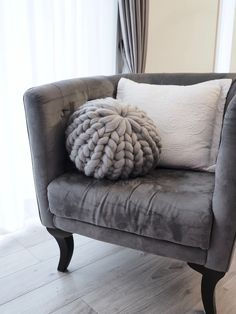 Knitted Cushions, My Ideal Home, Cool Diy Projects, Living Room Sofa, Merino Wool Blanket, Love Seat, Diy And Crafts, Couch, Throw Pillows