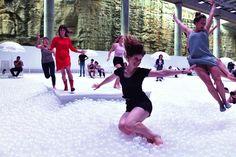 La mayor piscina de bolas: Cientos de personas disfrutaron de esta playa de bolas de polietileno situada en Sídney
