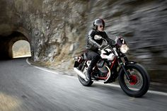 The Racer is now the only sport version of the V7 and the model in the range which benefits the most from the two most significant changes: The new single throttle body V twin, which provides more sporty performance, and the metallic tank, further enhanced by the specific chroming of this elite version.