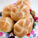 Een recept met stap-voor-stap beschrijving hoe je zelf kaiserbroodjes kunt bakken. Bread Bun, Pan Bread, Bread Cake, Bread Baking, Kaiser Roll Recipe, Baking Recipes, Snack Recipes, Bread Recipes, Thermomix Bread