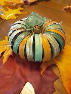Autumn Crafts, Holiday Crafts, Christmas Diy, Holiday Ideas, Jar Lid Crafts, Mason Jar Crafts, Canning Jar Lids, Mason Jar Lids, Thanksgiving Decorations