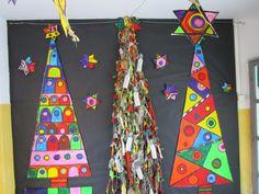 Arbres de Nadal amb sanefes pintades amb colors vistosos
