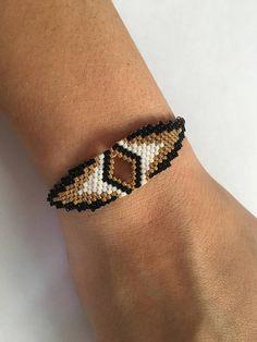 Bracelet en plaqué or forme IVY. Le tissage est réalisé à partir de perles Miyuki (perle japonaise en verre), tissé entièrement à la main selon la méthode du brickstitch. Les apprêts (chaînes, anneaux, fermoirs ...) sont en plaqué or ainsi que les perles dorées. Le bracelet possède une Bracelet Crafts, Seed Bead Bracelets, Loom Bracelets, Diy Jewelry, Beaded Jewelry, Jewelry Design, Rakhi Design, Native Beading Patterns, Beaded Bracelets