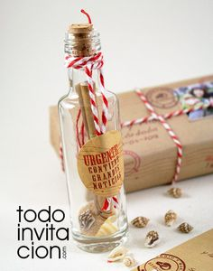 Invitación de boda Mensaje en botella. Una invitación original y muy muy romántica con vuestra invitación en una botella de cristal presentado en una elegante cajita personalizada como un paquete postal.