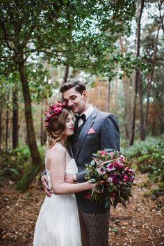 vinrage Brautkleid mit Blumenkranz und Brautstrauss zur Waldhochzeit (Foto: Verena Anne Ahrens)