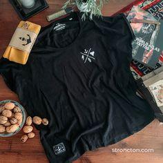 Rebels & Romantics....klingt nach Widerspruch? Wir denken nicht, denn nichts ist gut, was ins extreme geht. Zieh dein Ding durch, fokussiere dich auf deine Träume...und dennoch schau, wem du in deinem Umfeld weiter helfen kannst. Das Shirt wurde aus 100 % Bio-Baumwolle unter fairen Bedingungen produziert.1€ geht an THE STRONCTON FOUNDATION. Nachhaltige Streetwear bei Stroncton im Online Shop.  #t-shirt #stroncton #stronctonfamily #heartoverbucks #klamotten #fair #sustainable Atlas Tattoo, Female Clothing, Outfit, Streetwear, Girly, Sweatshirt, Clothes For Women, Inspiration, Collection