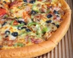 Pizza américaine (facile, rapide) - Une recette CuisineAZ Pizza Cake, Pizza Sandwich, Pain Pizza, Wood Fired Oven, Pizza Party, Oven Baked, American Food, Vegetable Pizza, Tapas