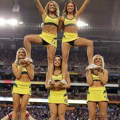 Oregon Cheerleaders, Football Cheerleaders, Sport Football, College Football, Hs Sports, Sports Logos, Alabama Football, American Football, Cheer Pyramids