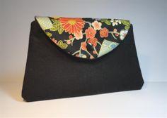 pochette forme trapèze en toile noire et rabat tissu japonais : Sacs bandoulière par mademoiselle-rose