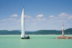 + + Der Plattensee (Balaton) als Urlaubsziel + + Im ungarischen Transdanubien befindet sich mit dem Balaton der wärmste und größte Binnensee innerhalb Mitteleuropas. Er weist eine Länge von 77 Kilometern auf und ist an seiner breitesten Stelle 14 Kilometer breit. Diese Region ist zweifelsfrei das beliebteste Urlaubsgebiet in Ungarn. Viele Touristen mieten für den Ferienaufenthalt ein Ferienhaus oder eine Ferienwohnung an, um mit größtmöglicher Flexibilität den Plattensee zu erkunden.