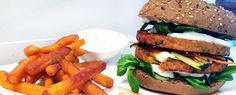 Gewoon wat een studentje 's avonds eet: BURGER BIJBEL: Dikke vegaburger met veldsla, mozarella, wortel, gegrilde courgette, mayo & curry met groentenfrites