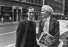 インタビュー雑誌のスタックを保持しながら、ウォーホルはマディソンアベニューにジョン・ウォーターズとのおしゃべり。