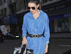 Stylizacja Kendall Jenner: jeansowa sukienka, pasek i czarne botki, black ankle boots denim dress outfit