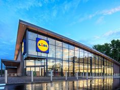 German supermarket chain Lidl has opened its first prototype store in Fredericksburg, Virginia. It is gearing up to open 100 stores across the East Coast by mid Discount Grocery, Plants That Repel Bugs, Supermarket Design, Tim Beta, Lidl, Trader Joes, The Fresh, East Coast, Prague