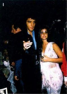 1969 7 31 Elvis & Priscilla at the International Hotel, Las Vegas Elvis Presley Priscilla, Elvis Presley Family, Elvis Presley Photos, Lisa Marie Presley, Graceland Elvis, Robert Sean Leonard, Great Love Stories, Famous Couples, George Vi
