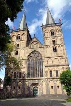 De façade van de Sankt Vitusdom in Xanten (romaanse bouwstijl)