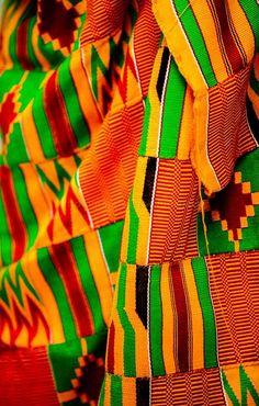 Ткань Кенте родом из Ганы из древней культуры Ашанти. Позднее ткань была заимствована многими народами Западной Африки. Первоначально одежду из Кенте носили знатные люди народа Ашанти. В то время как у простого народа в одежде было не так много цветов, у знати, и, особенно, у членов королевской семьи, одежда поражала количеством цветом и сложностью узоров. Все цвета и рисунки несли свое собственное значение.
