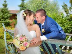 Letní svatba v pivovaru, nevěsta se ženichem, přízdoba do vlasů a svatební kytice