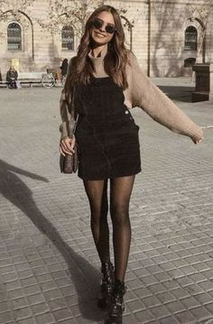 20 Edgy Fall Street Style 2018 Outfits To Copy ELLE shows that with the compl .- 20 Edgy Fall Street Style 2018 Outfits To Copy ELLE shows you that with the right add-ons, the basic t-shirt makes it look great at parties and work meetings. Simple Fall Outfits, Winter Fashion Outfits, Look Fashion, Fashion Models, Cute Outfits, Womens Fashion, Fashion Trends, Trendy Outfits, Fast Fashion