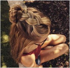 This loose beach braid. credit These half up halo braids. credit Elsa�s french braid. credit These two french braids. credit This dutch braid into top knot. cre #HairBraidingTutorial #EasyBraidTutorials click for info.