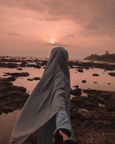 Hijab Niqab, Hijab Chic, Mode Hijab, Hijabi Girl, Girl Hijab, Muslim Girls, Muslim Couples, Girl Beach Pictures, Muslim Images