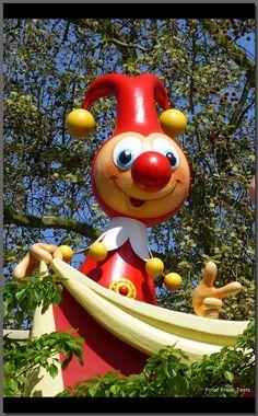 opdracht:ga op zoek naar nog 5 mensen die in een rij met hun handen zwaaien zoals in carnavalfestival en zing het liedje