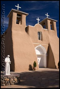 The renowned San Francisco de Asis Church in Taos, including a statue of its patron saint, St Francis New Mexico Homes, Santa Fe Style, South Of The Border, Sacred Architecture, New Mexican, Land Of Enchantment, World Religions, Chapelle, Travel Usa