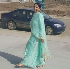 This just screams summer attire! Punjabi Fashion, Ethnic Fashion, Indian Fashion, Indian Suits, Indian Attire, Punjabi Suits, Indian Party Wear, Indian Wear, Dress Indian Style