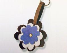 Portachiavi in pelle a forma di fiore - Forma e colori del tutto modificabili a seconda di un proprio piacere personale.