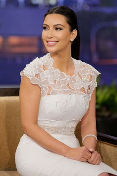 Kim Kardashian exudes ladylike elegance in a 'Lela Rose' Cutout Floral Organza and Linen Sheath Dress on The Tonight Show with Jay Leno.Combining two of our favorite trends: floral and sheer, Kim looked radiant on theKim Kardashian tells Jay Leno tha Lace Top Dress, Lace Dress Styles, Rose Dress, Lace Dresses, African Fashion Dresses, African Dress, Classy Dress, Classy Outfits, Dress Outfits