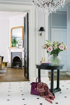 Эта квартира наполнена вещами из Нью-Йорка, Парижа и Лондона. В каждой детали интерьера — романтика путешествий и комфорт дома, куда приятно возвращаться из них. В каждой комнате — максимум света и стильные сочетания цветов, материалов и текстур. Хотите знать, как повторить такую красоту? Читайте нашу статью