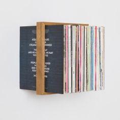 Auch Musik kann schweben: Das Plattenregal ist 32 cm breit und bietet damit Platz für über 50 gute Scheiben. Der massive Holzrahmen scheint mit den Schallplatten zu schweben. In Wirklichkeit halten die eingelassenen Edelstahlwinkel, die zwischen den Plattenhüllen verschwinden, die Konstruktion an der Wand. Aus heimischer Eiche und Edelstahl in Hamburg gefertigt. Als Einzelstück oder Regalwand, gerne auch zusammen mit den b Regalen für Bücher oder CDs, im Rastermaß oder nach eigenen…