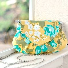 "The perfect little ""grab n go"" purse - Free pdf pattern and step by step tutorial."
