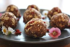 Goji Balls 1 cups rolled oats 4 fresh dates, pitted and chopped 1 tsp maca powder 2 tsp cacao powder cup maple syrup tablespoons of water if needed cup goji berries Thermomix Desserts, Healthy Dessert Recipes, Raw Food Recipes, Sweet Recipes, Healthy Snacks, Health Recipes, Eat Healthy, Vegan Desserts, Maca Balls Recipe