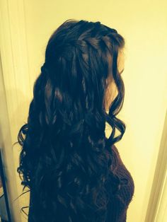 Lovely dark locks, curled and half side braided. Relaxed - yet special.