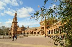 Plaza de España is a main attraction in Seville that captures the colourful character of Spain. Complete visiting information found here. Spain Holidays, Seville Spain, Main Attraction, Maine, Louvre, City, Building, Travel, Viajes