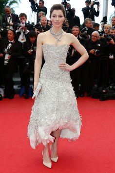 Festival de Cine de Cannes 2013. Jessica Biel ha querido acompañar a su marido en la premiere de Inside Lewyn Davis. La actriz escogió un vestido bordado de color topo de Marchesa y lo aderezó con un espectacular collar con forma de serpiente.