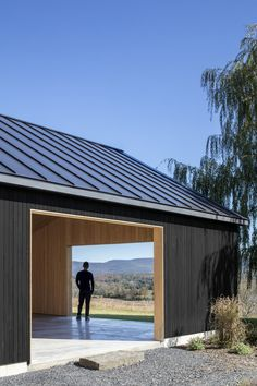 US architecture firm Worrell Yeung has pared back the rural vernacular of the Hudson River Valley to create a contemporary black barn in Upstate New York. Modern Barn House, Modern Garage, Casa Patio, Contemporary Barn, Black Barn, Barn Garage, Shed Homes, Metal Buildings, Architecture Photo