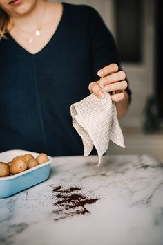 Es saugt wie ein herkömmliches Schwammtuch, hält aber viel länger die Treue. Das Tuch aus der Traditionsweberei Vieböck ist aus reinem Leinen gewebt und nimmt dank seiner Waffelstruktur Feuchtigkeit und Schmutz hervorragend auf. Ist es schmutzig, kann man es einfach bei 60 Grad in der Maschine waschen. Und jede Wäsche macht das Putztuch noch leistungsstärker. Grad, Casual, Loyalty, Linen Fabric, Simple, Casual Clothes