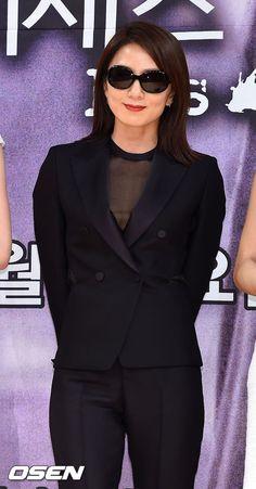 OSEN - [사진]김희애,'선글라스도 정말 잘 어울리죠?'