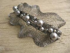 Spona do vlasů Luna Na klasické kovové francouzské sponě je upevněna roztažená drátovaná dutinka, která je ke sponě připevněna pomocí skleněných voskových perliček. Délka 9 cm, max. šířka 4 cm  Mohu vyrobit i v jiných barvách.... Lace Jewelry, Bead Jewellery, Fabric Jewelry, Stone Jewelry, Wire Crafts, Jewelry Crafts, Artisan Jewelry, Handmade Jewelry, Bijoux Fil Aluminium