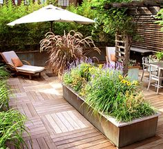 Private Retreat A secluded nook with chaise longues and an umbrella-topped table creates the perfect spot to relax. Deck Design, Garden Design, Jardin Decor, Diy Deck, Decks And Porches, Building A Deck, Outdoor Living, Outdoor Decor, Rooftop Garden