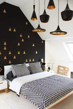 30 inspirations déco pour la chambre : ♡ On aime : Le noir avec l'or + Les Beat Lights de Tom Dixon au plafond, de différentes formes et tailles (disponible sur mydecolab : http://mydecolab.com/fr/goods/beat-light-wide-ceiling-light) ✐ On retient : Les touches d'or sur le mur noir pour casser la masse et éclairer le mur